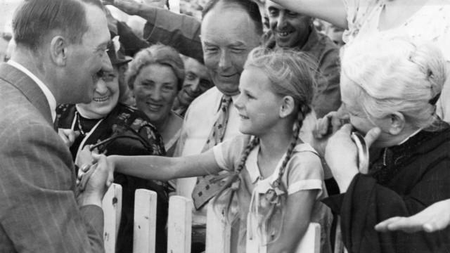Adolf Hitler mit Kind, 1936 SZ Photo