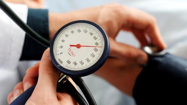 """Hoher Blutdruck ist die weltweit größte Gesundheitsgefahr, gefolgt von Rauchen und Alkohol. Die drei Faktoren haben sogar Hunger im Kindesalter als Risiko überholt. Das berichten Experten in der """"Glob"""