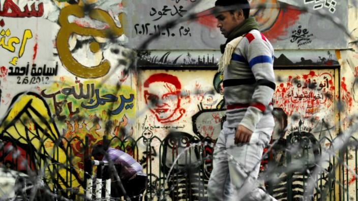 Referendum in Ägypten: Die neue Verfassung Ägyptens ist darauf angelegt, die Gesellschaft zu spalten - Stacheldraht am Tahrir-Platz in Kairo.