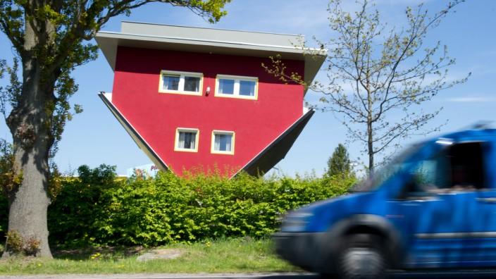 Ein Haus steht auf dem Kopf