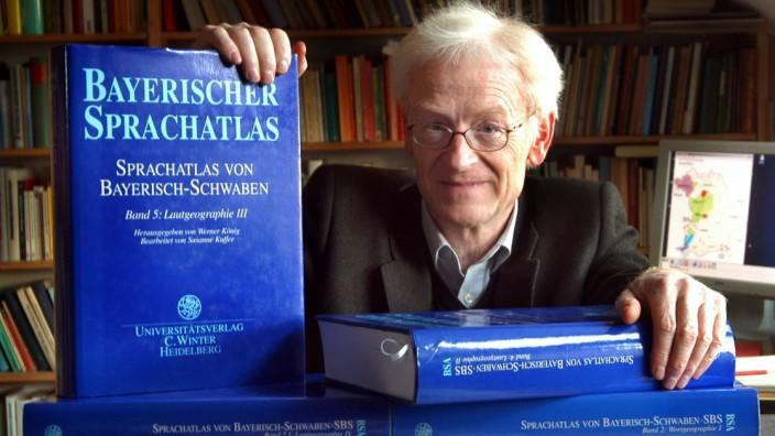 Dialektforscher König mit seinem Bayerischem  Sprachatlas, 2003