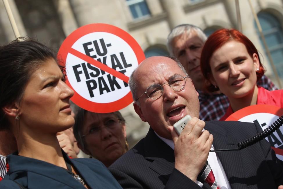 Linke und Rivalen um: Vize-Parteichefin Sahra Wagenknecht (li) und Fraktionschef Gregor Gysi. Auf diesem Archivfoto vom Sommer 2012 ist die Parteivorsitzende Katja Kipping zu sehen.