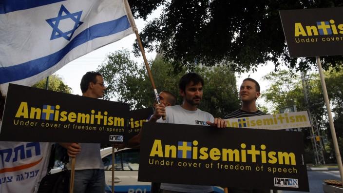 """Antisemitismus und die Kritik an Israel: Israelische Demonstranten protestieren in Tel Aviv gegen den Antisemitismus. Auf ihren Bannern steht: """"Antisemitismus unter dem Deckmantel der freien Meinungsäußerung""""."""