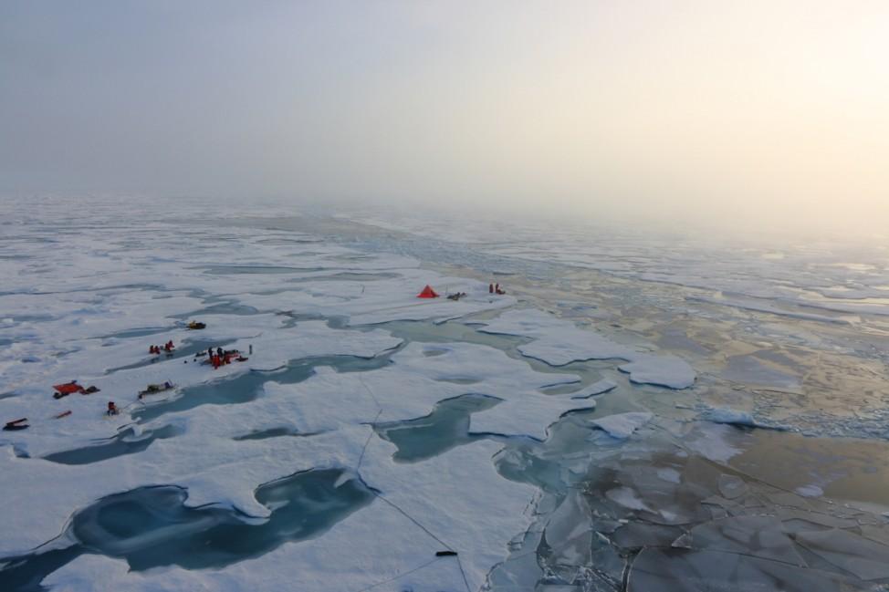 Luftaufnahme arbeitender Polarforscher in der Arktis