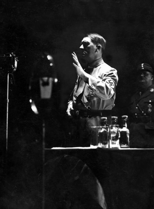 Hitler spricht zur SA 1933 SZ Photo