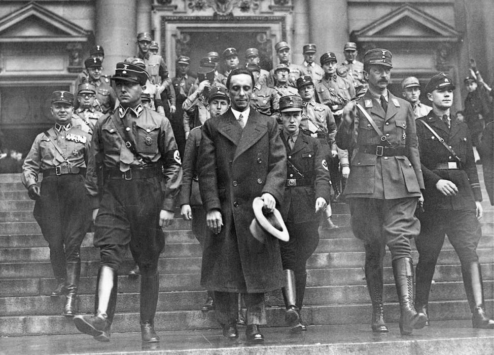 Joseph Goebbels und August Wilhelm von Preußen vor dem Berliner Dom, 1933 SZ Photo