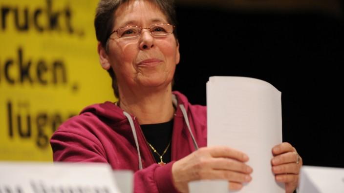 RAF-Terroristin Inge Viett spricht für die Gegner der Sicherheitskonferenz in München