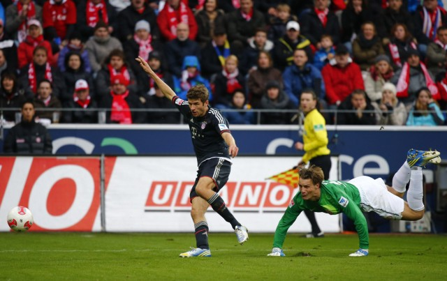 Bayern Munich's Mueller scores a goal past Wetklo of FSV Mainz 05 during their German first division Bundesliga soccer match in Mainz