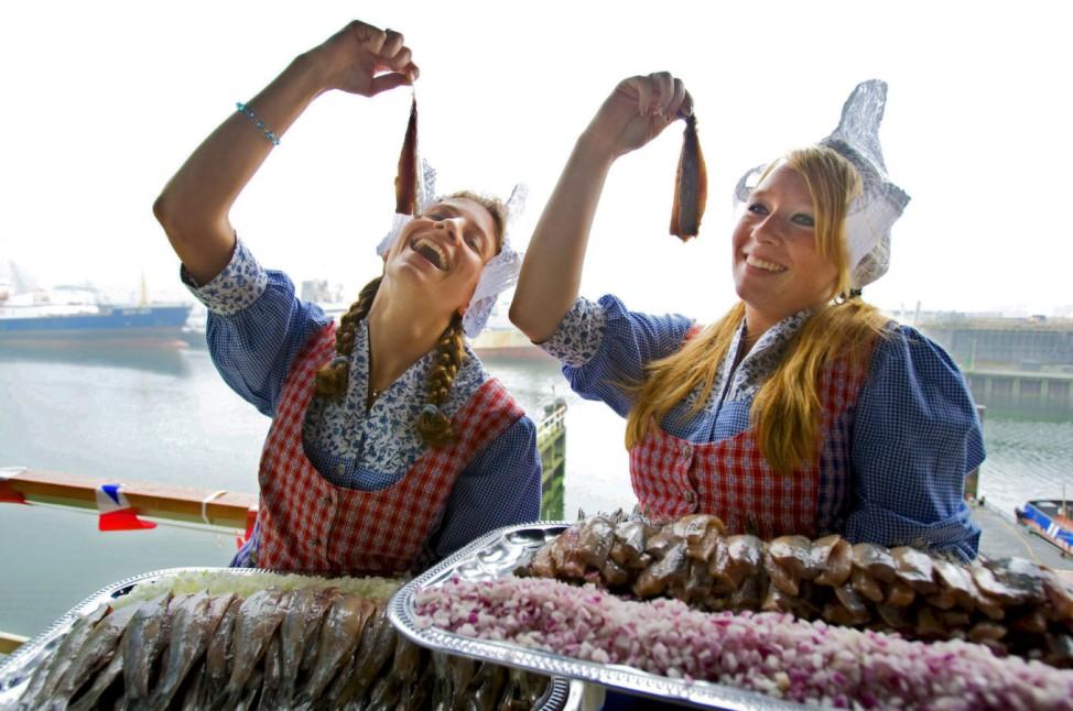 Frauen in den Niederlanden essen Heringe
