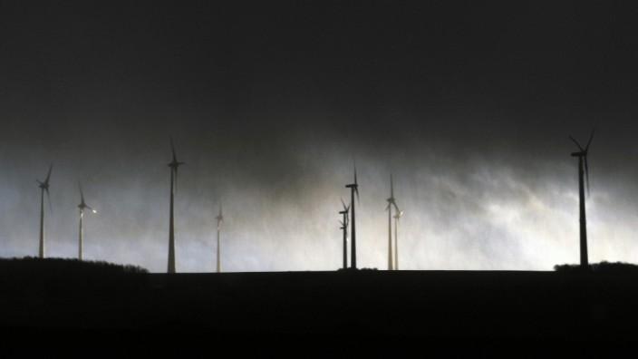 Windräder unter Sturmhimmel
