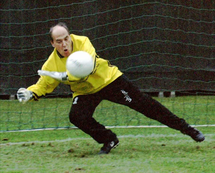 Gregor Gysi bei einem Benefiz-Fußballspiel, 1997