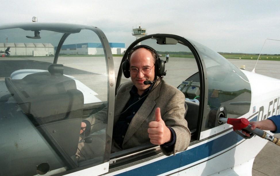 Gregor Gysi im Cockpit eines Flugzeuges, 1996