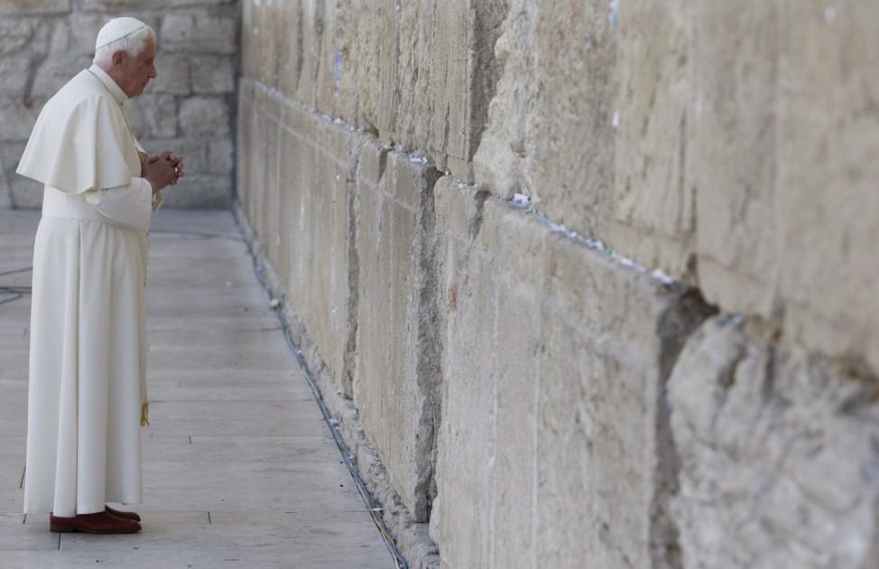 Papst Benedikt XVI. betet an der Klagemauer