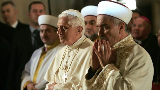 Benedikt wohnt während seines Türkei-Besuchs 2006 einem muslimischen Gebet in der Blauen Moschee in Istanbul bei.