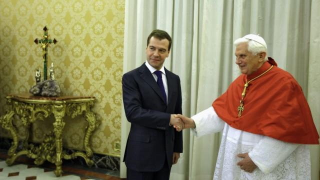Benedikt im Jahre 2009 mit dem damaligen russischen Präsidenten Dimitrij Medwedjew im Vatikan