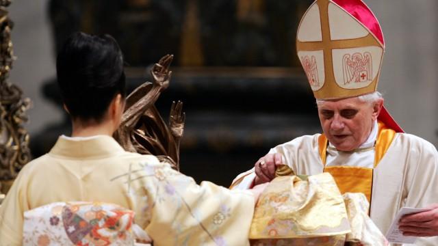 Kardinal Joseph Ratzinger segnet japanische Katholiken während der Osterfeierlichkeiten 2005.