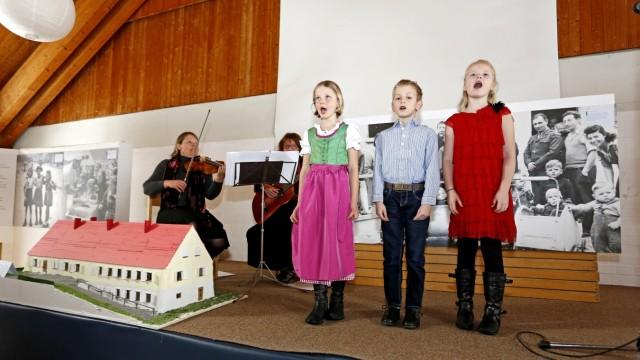 Wolfratshausen: Sie eröffneten die Ausstellung musikalisch: Ines Köthnig an der Geige, Eva Greif mit Gitarre und Gesang und die singenden Kinder, Charlotte, Leo und Sibba.