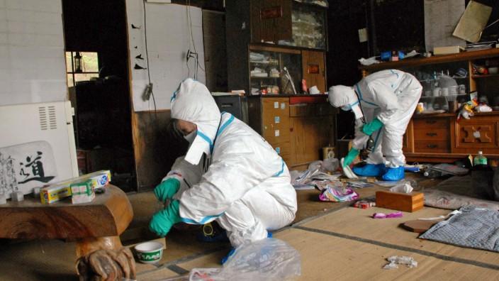 Zurück im Chaos: Zwei Bewohner kommen nach dem Atomunfall von Fukushima wieder nach Hause.