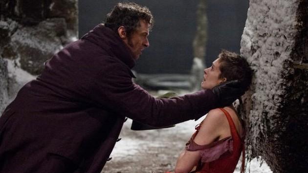 """""""Les Misérables"""" im Kino: Ganz nah dran, keine Spur mehr von Bühnendistanz - Hugh Jackman tröstet Anne Hathaway in ihrem Musical-Elend."""
