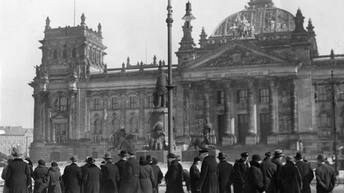 Schaulustige vor dem ausgebrannten Reichstag, 1933