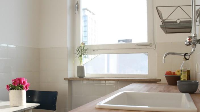 Müllerstraße 6: So sieht eine Küche aus, wenn prominente Aktivisten in Gorillamasken sie renoviert haben: Blick in die Wohnung an der Müllerstraße 6.
