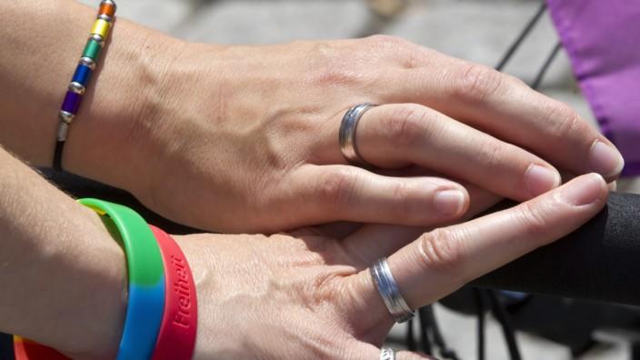Homo-Ehe: Zwei Frauen halten sich an den Händen