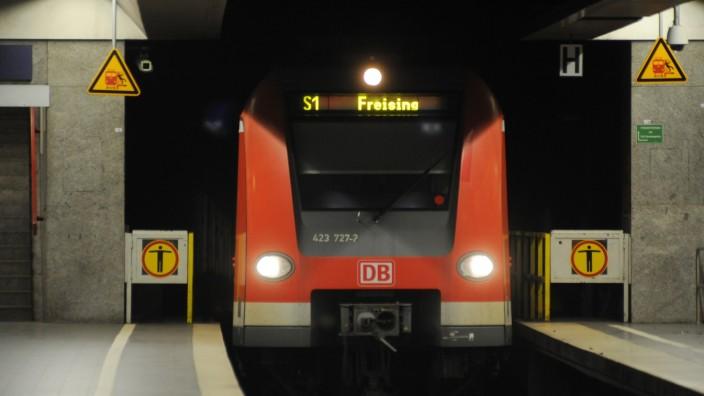 Ein S-Bahn-Zug beim Einfahren.