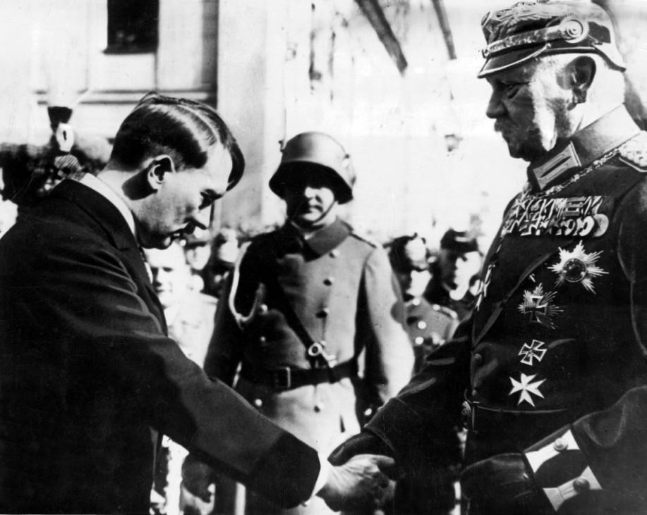 Adolf Hitler verneigt sich vor Paul von Hindenburg, 1933 | Adolf Hitler bows to Paul von Hindenburg, 1933