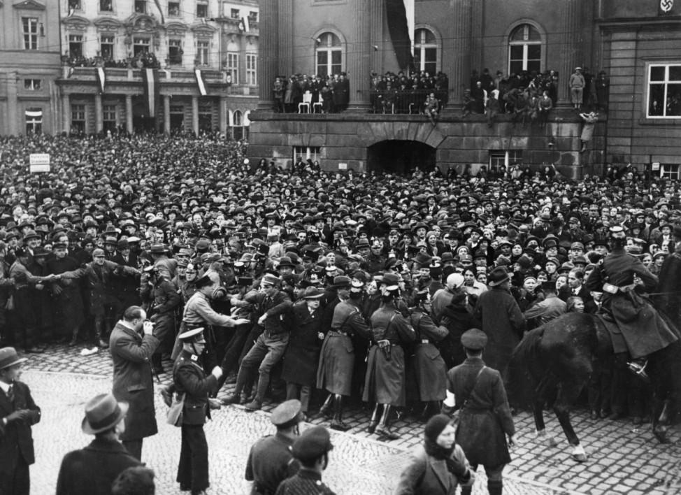Kontrolle der Menschenmenge am Tag von Potsdam, 1933  | Crowd control on the Day of Potsdam, 1933