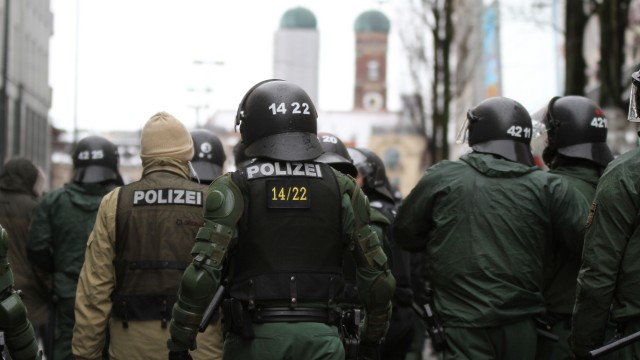 Großaufgebot der Polizei bei Neonazi-Demonstration in München, 2012