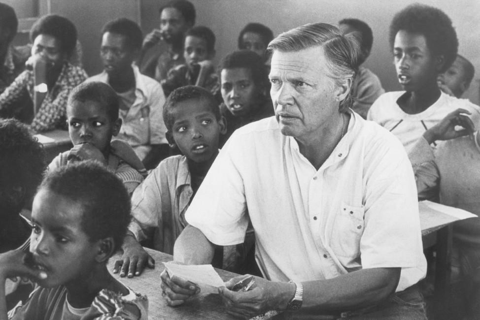 Karlheinz Böhm in einer Schule in Äthiopien, 1986