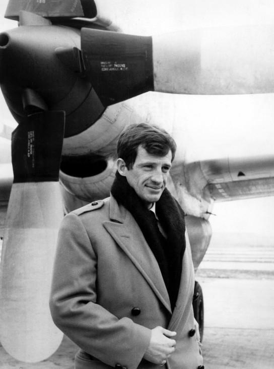 Jean-Paul Belmondo 1964 auf dem Flughafen von Madrid