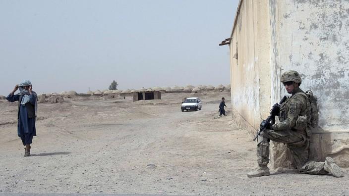 Afghanistan: Die Amerikaner werden aber nicht bleiben, um in das Wohl und Wehe des afghanischen Staates einzugreifen: Ein US-Soldat in einem Dorf in der Provinz Kandahar.