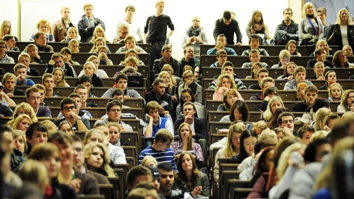Volkswirtschaftlehre an der LMU: Weil das Wissenschaftsministerium den seit 2005 etablierten Eignungstest nicht mehr genehmigt, muss die Fakultät zum Sommersemester jeden Bewerber aufnehmen.