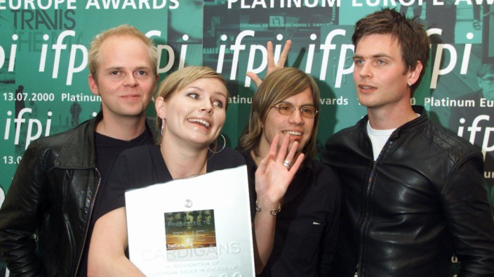 MEMBERS OF THE SWEDISH POP GROUP THE CARDIGANS POSE WITH THEIR PLATINIUM EUROPE MUSIC AWARDS IN BRUSSELS