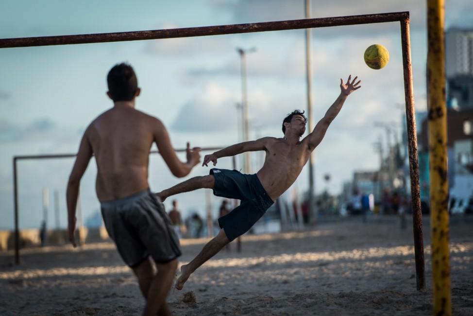 Fußballspiel am Strand von Recife Brasilien