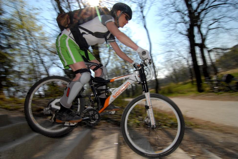 Mountain-Bikerin an der Isar, 2007