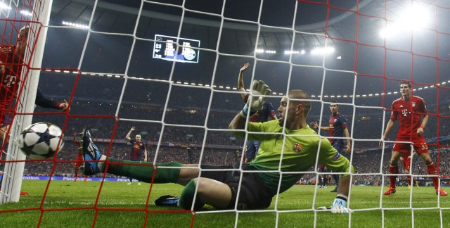 Barcelona's goalkeeper Victor Valdes fails to stop a goal by Bayern Munich's Thomas Muller during their Champions League semi-final first leg soccer match in Munich