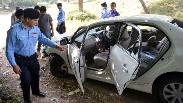 Pakistan: Tatort: Beamte untersuchen das Auto, in dem der Ermittler im Mordfall Bhutto, Chaudhry Zulfiqar, in Islamabad erschossen wurde.