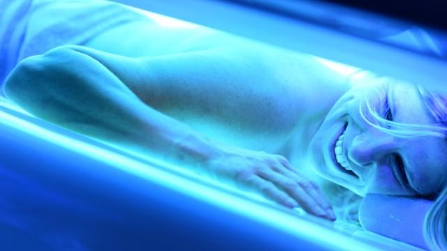 Frau im Solarium