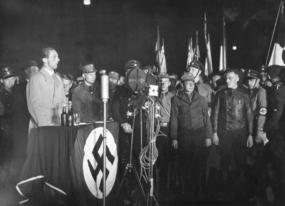 Goebbels bei öffentlicher Bücherverbrennung in Berlin, 1933
