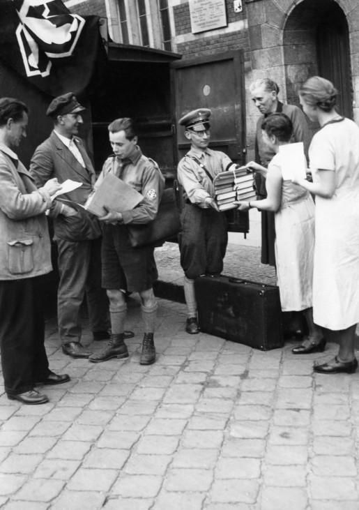 Abholung von Büchern 'un-deutschen Schrifttums' zur Verbrennung, 1933 | Collection of 'un-German literature' for the Nazi book burning, 1933