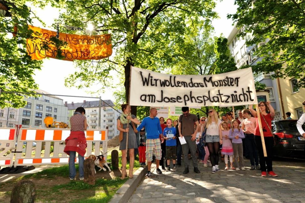 Proteste gegen Anwohnertiefgarage am Münchner Josephsplatz.
