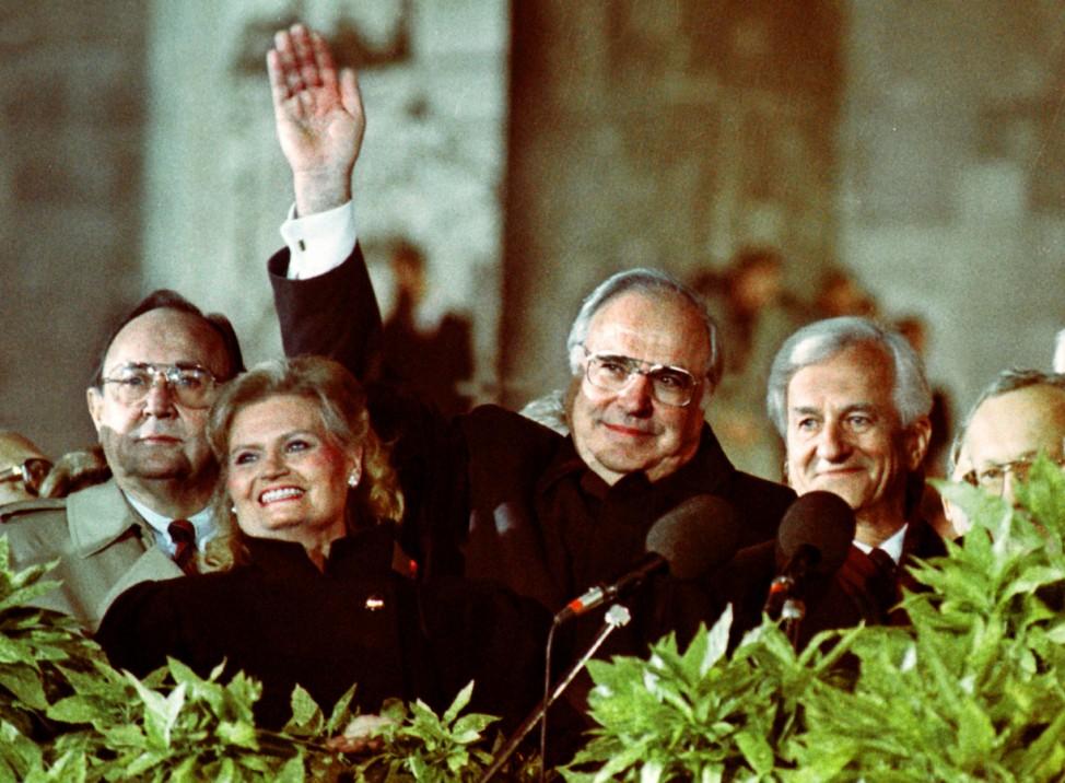 Helmut und Hannelore Kohl mit Genscher und Weizäcker am Brandenburger Tor, 1990