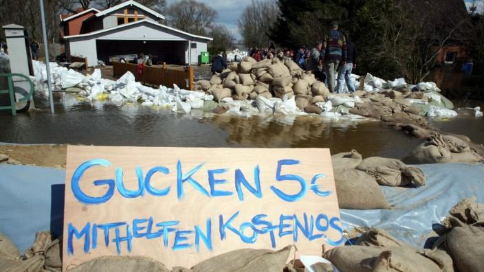 Plakat gegen Gaffer im Hochwassergebiet