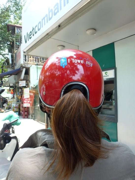 Eine Frage des Haarstils - in Vietnam hat man sich ganz pragmatisch mit dem Frisurproblem beim Tragen eines Helmes befasst und diese Variante entwickelt. Die Ausbuchtung am Hinterkopf lässt genügend P
