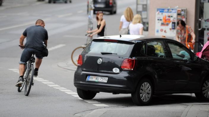 Beim Rad fahren ohne Helm kann es zu schweren Kopfverletzungen kommen.