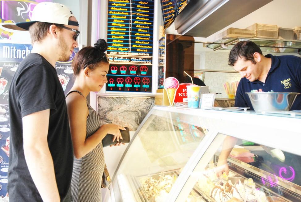 Zwei Kunden bestellen sich ein Eis beim Italiener in der Augustenstraße.