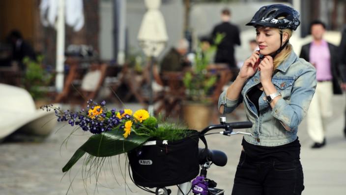 Besser nicht Kopf und Kragen riskieren - Fahrradhelme schützen
