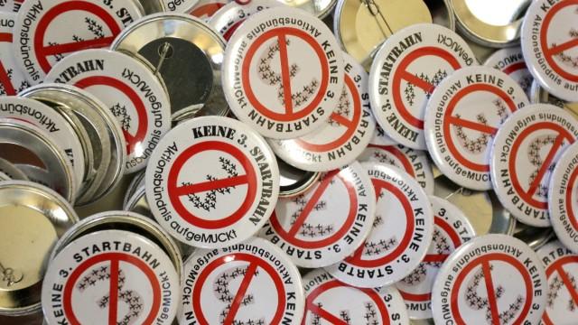 Gegen den Flughafen-Ausbau: Aktivisten aus ganz Europa sind in Attaching zusammengekommen, um sich gegen den Ausbau von Flughäfen in ihrer Nachbarschaft auszusprechen. Als sichtbares Zeichen des Protestes gab es Buttons mit dem Logo der örtlichen Startbahngegner.